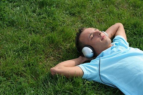 گوش دادن منفعلانه (passive listening) خوب است یا بد؟