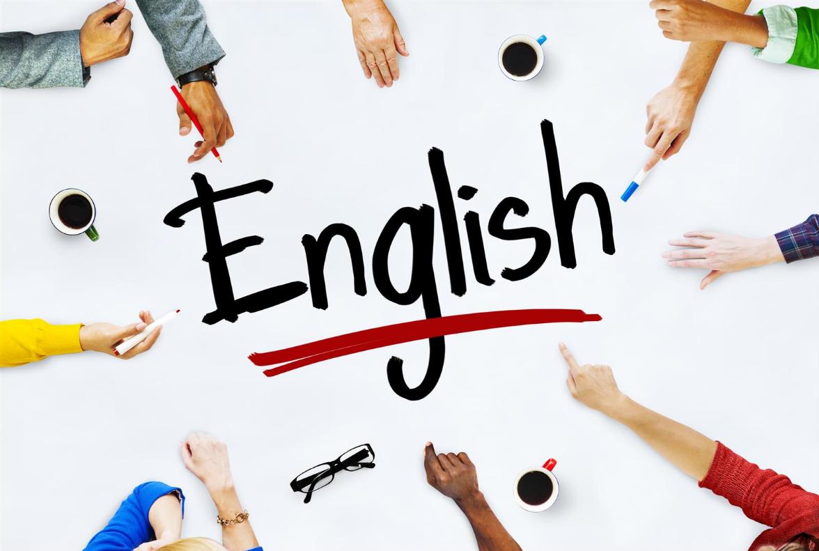 لیستی از ۳ استراتژی مهم در آموزش زبان انگلیسی  ۱- باهمگذاریها را یاد بگیرید  باهمگذاریها دو یا تعداد بیشتری لغات هستند که معمولاً با هم میآیند. این ترکیبات کلمهای برای گویشوران انگلیسیزبان به نظر طبیعی و درست میآید.  برای همینست که برای شما مهم است که یادشان بگیرید- آنها به شما کمک میکنند تا واضحتر و سلیستر صحبت کنید و با مردمی که صحبت میکنید، قادر خواهند بود شما را بهتر درک کنند.  در اینجا به مثالهایی از باهمگذاریهای انگلیسی اشاره میکنیم:  'A quick shower'- اگر دربارهی دوش گرفتنی صحبت میکنید که تنها ۵ دقیقه طول میکشد، باید به جای کلمهی fast' از quick' استفاده کنید. این دو کلمه با هم استفاده میشوند و برای گویشوران انگلیسیزبان طبیعی به نظر میرسند.  'To make a mistake'-  فعلی که غالباً با کلمهی 'mistake' به کار میرود، 'to make' میباشد.  'To do your homework'- کلمهی 'homework' با فعل 'to do' استفاده میشود که موجب میگردد این باهمگذاری برای گویشوران بومی طبیعیتر به نظر برسد.  ۲- افعال عبارتی را یاد بگیرید  افعال عبارتی، فعلهایی هستند که از یک فعل و یک حرف اضافه تشکیل شدهاند، و فعل در نتیجه معنایش را تغییر میدهد. برای مثال 'to give up'- فعل 'to give' یعنی 'to transfer something to somebody else' اما وقتی در ترکیب با حرف اضافهی 'up' میآید به معنای 'to stop doing something' خواهد بود کمااینکه در جملهی 'I want to give up learning French' به معنای این است که: (میخواهم دست از یادگیری زبان فرانسوی بردارم).  ۳- کلمات ارتباطی را یاد بگیرید  یادگیری کلمات ارتباطی، سومین جنبهی ضروری از یادگیری زبان انگلیسی است که میخواهیم در اینجا به آن بپردازیم. منظورمان از 'link words' کلماتی است که به شما در اتصال افکارتان همزمان که به انگلیسی مکالمه میکنید، کمک مینمایند. بخشی از اینکه گویشور انگلیسی با اعتماد به نفسی باشد، اینست که قادر به ساخت جملات منطقی باشید که جریان دارند.  برای مثال وقتی میخواهید با چیزی که یک نفر دیگه گفته است موافقت کنید، مفید است که از کلمه یا عبارتی اتصالی مانند 'I absolutely agree'، 'you're right' یا 'that's a good point' استفاده کنید. به شما کمک میکند آنچه را فرد دیگری گفته است، تصدیق نمایید و به سراغ آنچه بعد از آن میخواهید بگویید، بروید.